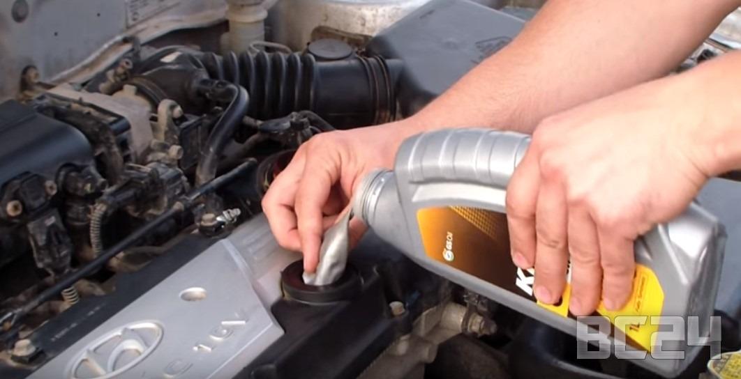 Как залить масло в двигатель без воронки и ни капли не расплескать мимо?